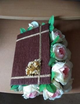 Книга с конфетами. 13 конфет Рафаэлло, около 20 конфет Фундук в шоколаде